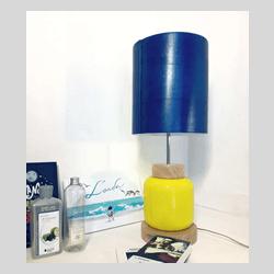 Lampada da tavolo artigianale in vetro e compensato curvato