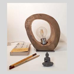 Lampada da tavolo in acciaio e legno